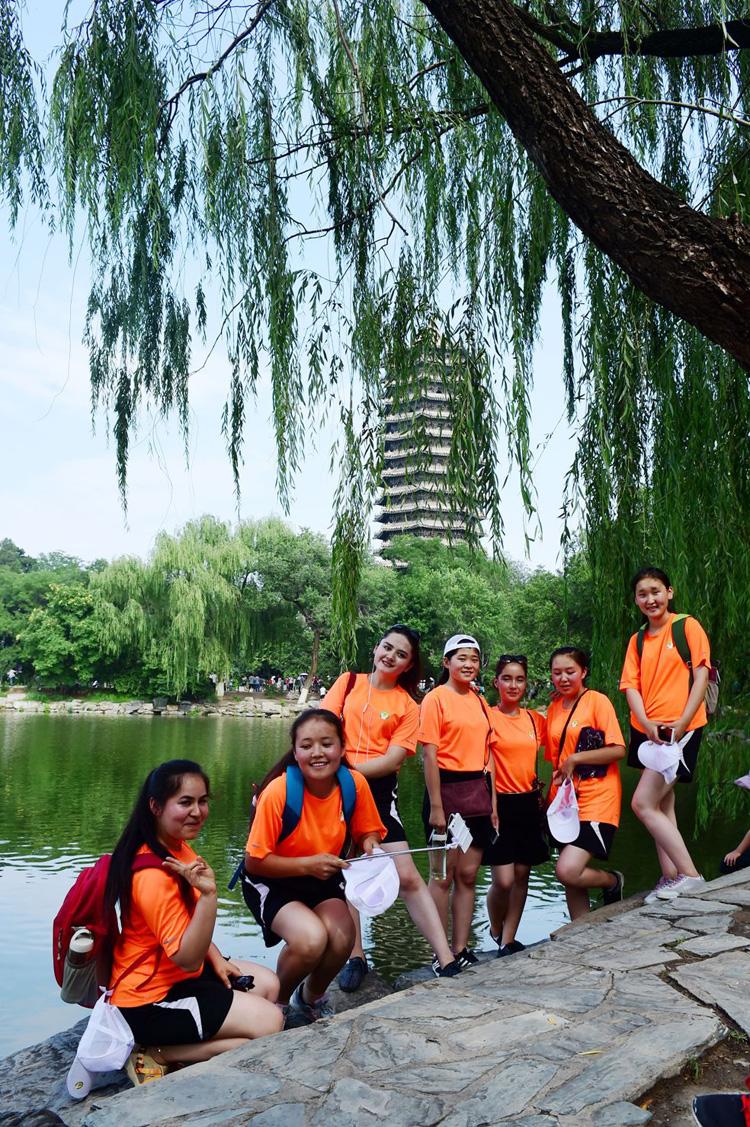 春蕾女童们在北京大学合影留念--摄影-陈艺.jpg