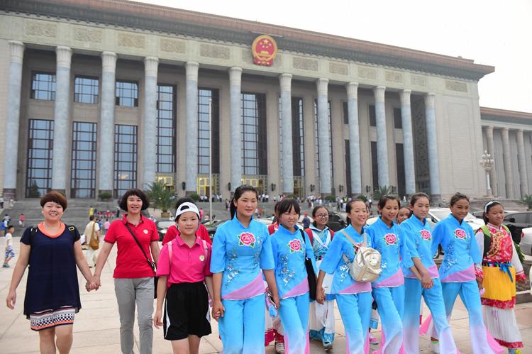 各族春蕾女童在人民大会堂前--摄影--陈艺.jpg