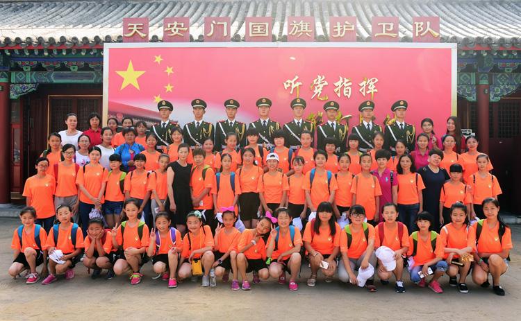 春蕾女童与国旗护卫队合影--摄影--陈艺.jpg