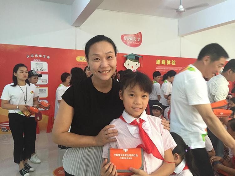 6嘉宾志愿者向孩子们赠送儿童安全应急包.png