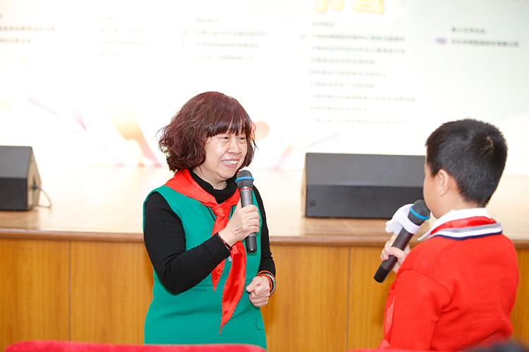 中国疾病预防控制中心营养与健康所学生营养室主任-胡小琪与儿童代表分享营养健康知识-(1).jpg