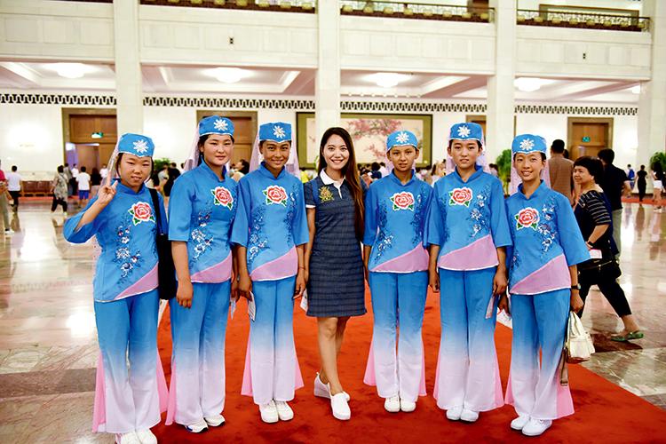 6 胡亮,曾经的春蕾女童成了黑龙江广播电台的一名优秀的主持人。在春蕾女童夏令营期间她担任辅导员。 王鑫 摄影.jpg