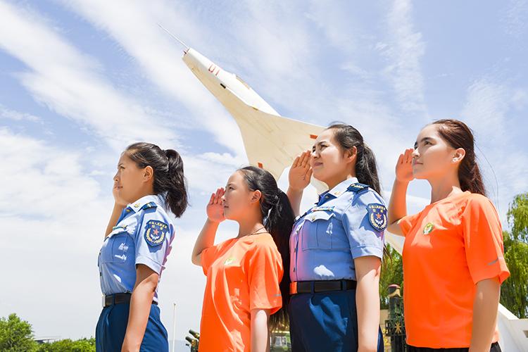 2 玉卓玛、米合伦沙与春蕾女童们一起向我们的祖国敬礼.jpg
