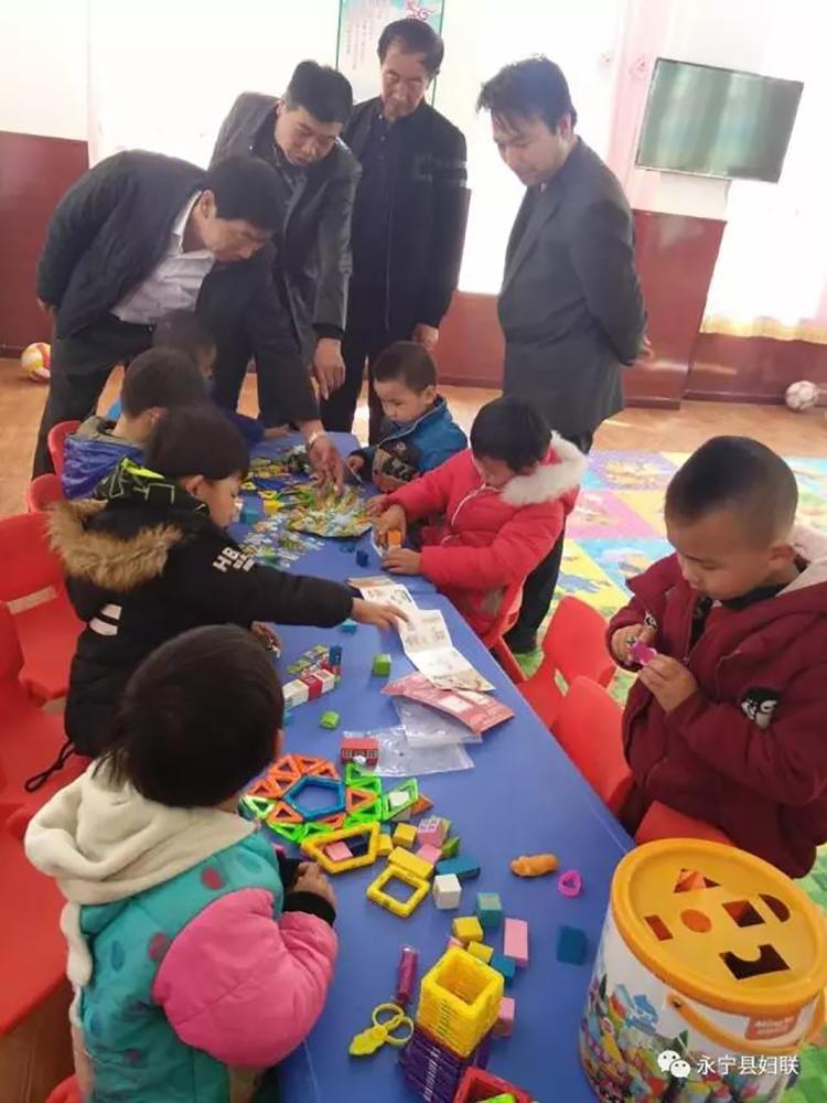 孩子们在儿童乐园里玩拼图游戏.jpg