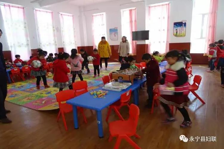 组织家长和孩子们开展亲子活动.jpg