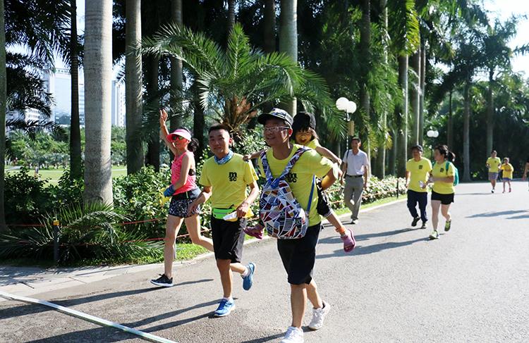 32-34.9度的高温下跑者们热情依旧.jpg
