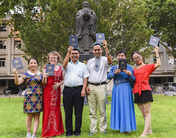 来自新疆的蓝天春蕾教师们拿到了结业证书.jpg
