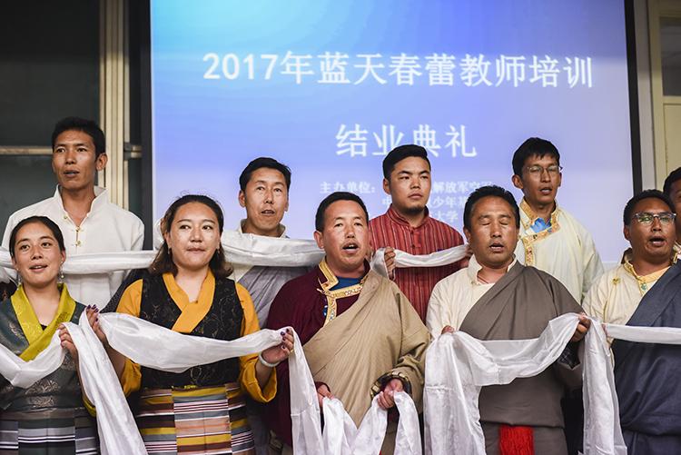 藏族的蓝天春蕾教师们献上了哈达表达谢意.jpg
