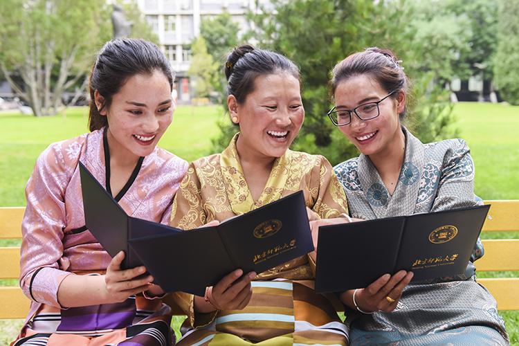 藏族的蓝天春蕾教师们拿到了结业证书.jpg