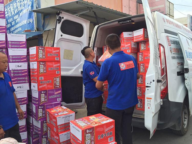 爱心万里行钢丝善行团的志愿者在四川就近采购生活物资3.jpg