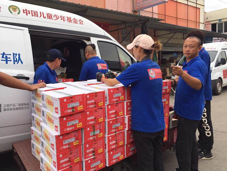 爱心万里行钢丝善行团的志愿者在四川就近采购生活物资1.jpg