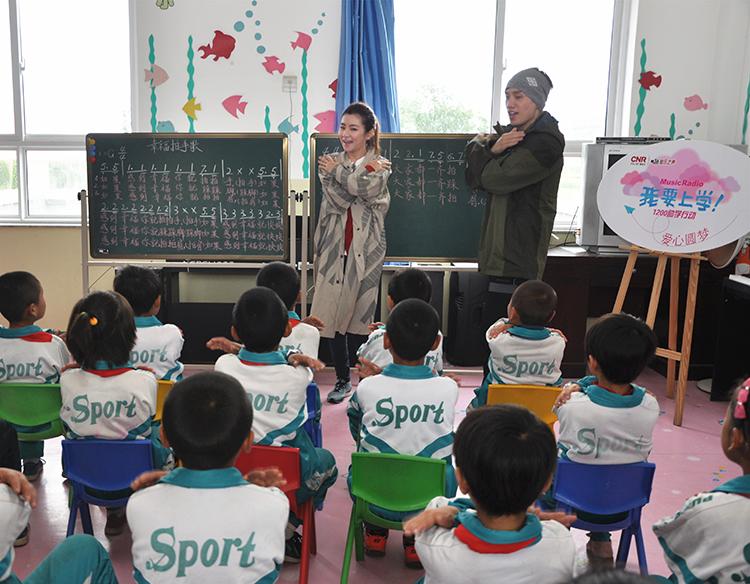 任家萱教孩子们唱《幸福拍手歌》.JPG