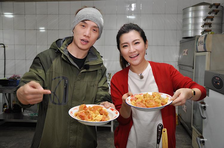 任家萱和音乐之声DJ魏野一起为学生们做了番茄炒蛋.JPG