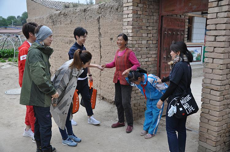 爱心队伍去学生家里探访1.JPG