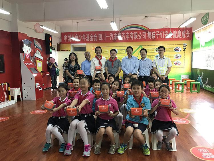 6、课程结束中国儿基会为学生赠送安全应急包.jpg
