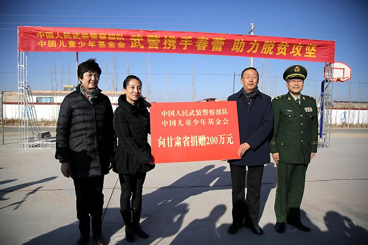 邓丽、林卿共同向甘肃省妇联、酒泉市委负责同志递交捐赠牌0.jpg