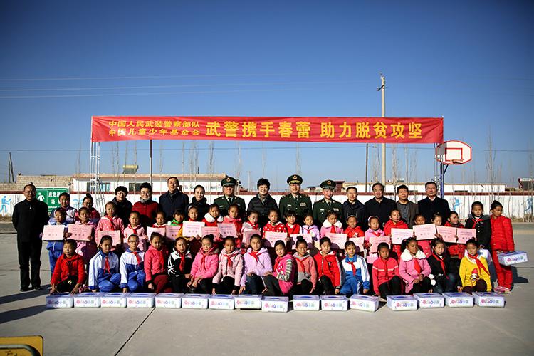 出席活动领导与贫困学生代表合影0.jpg
