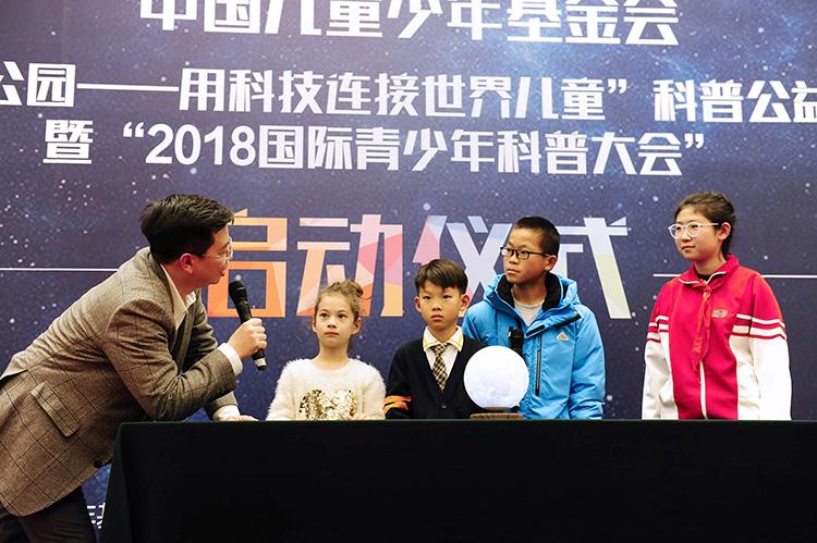 4.英国皇家化学院士徐颖键与来自德国、北京、云南的青少年进行科技知识互动.jpg