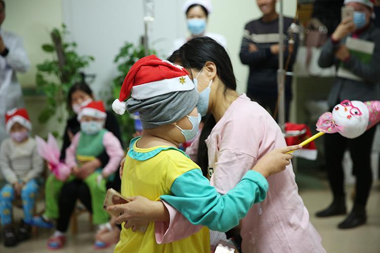 白血病患儿和妈妈拥抱在一起.jpg