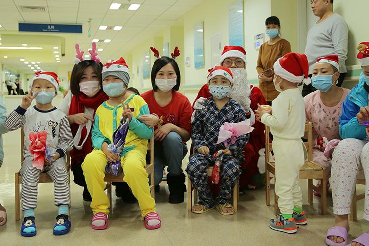 中国儿童少年基金会夏天基金志愿者和白血病患儿家庭一起做游戏1.jpg