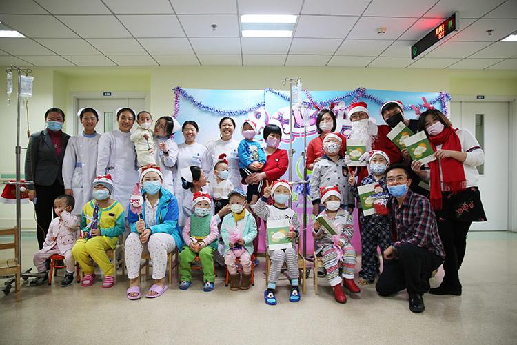 中国儿童少年基金会夏天基金志愿者和白血病患儿合影2.jpg