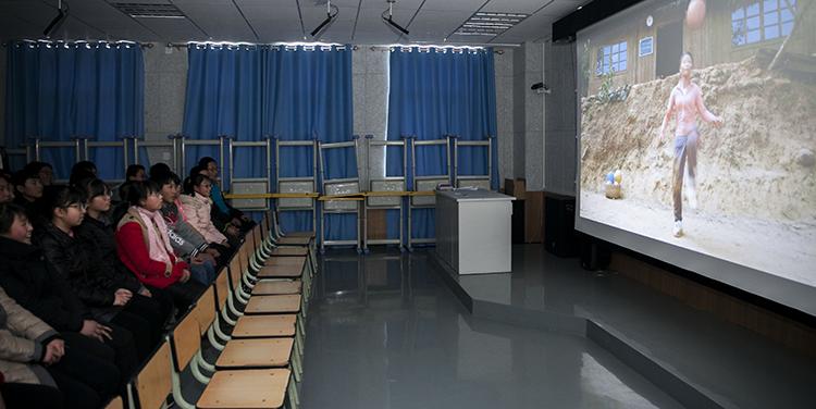3 学生们在观看电影  魏星 摄.JPG