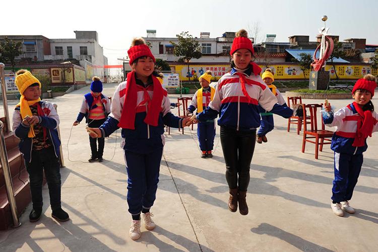 戴上帽子、围上围巾正在跳绳的学生.jpg