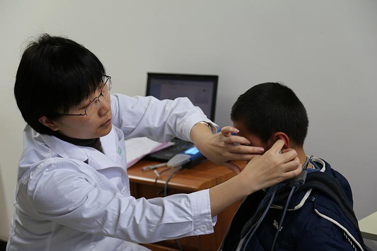 首都医科大学北京儿童医院专家对当地听力、视力障碍儿童进行医疗咨询,给出治疗建议1.JPG
