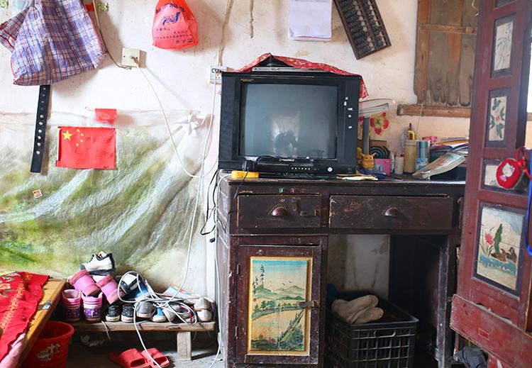 5 家里唯一一台现代家具——电视机放在张小蕾的小卧室。.JPG