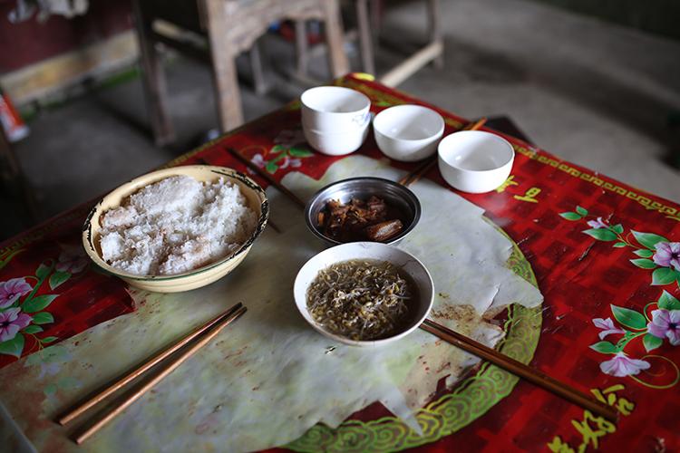 2.一小块腊肉、一碗豆芽和一大盆米饭,是张小蕾一家的午饭。.jpg