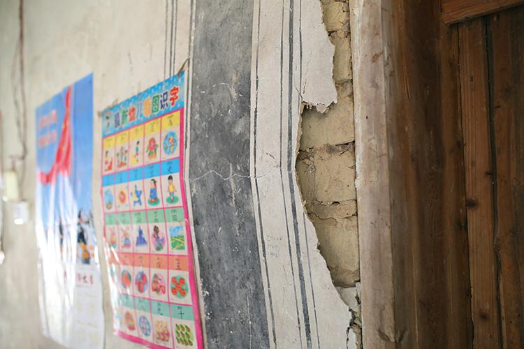 3.陈年老旧房子的墙皮翘起,裂缝随处可见。.JPG