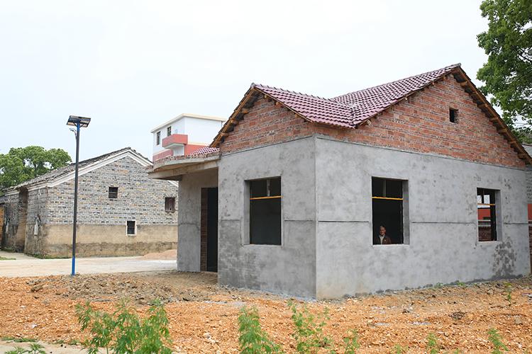 """4.在旧房旁边,政府出部分资金为张小蕾家建了房子。""""现在没有钱继续建了,只能暂时搁置。""""张小蕾爷爷说。.JPG"""