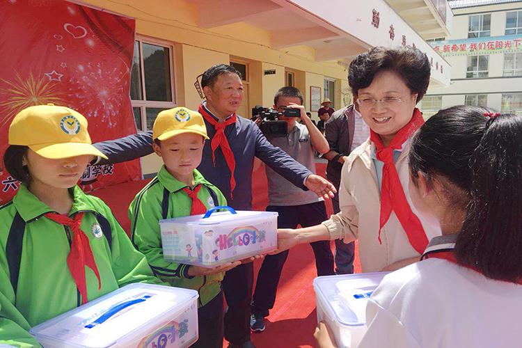 """宋秀岩看望甘肃省漳县、西和县的孩子们并送去""""HELLO小孩""""爱心套餐.jpg"""