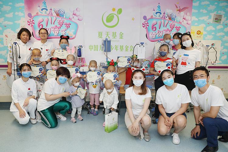 志愿者和孩子们在一起.jpg