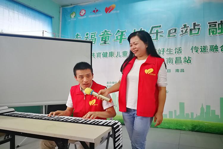 舞台上,严安之弹唱手卷钢琴.jpg