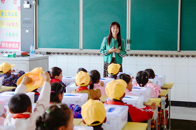 资易通CEO盛洁俪为孩子们带来一堂别开生面的辅导课.jpg