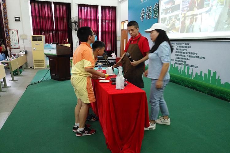 严安之首次在公益演讲中展示新学的冲泡咖啡技能.jpg