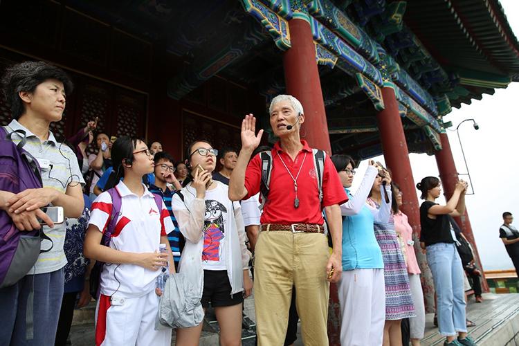 北京地理学会副理事长、历史学者朱祖希带领大家登顶景山,实地讲解.jpg
