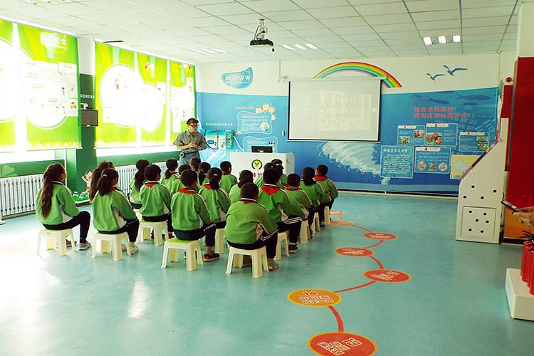 孩子们在学习安全教育知识.JPG