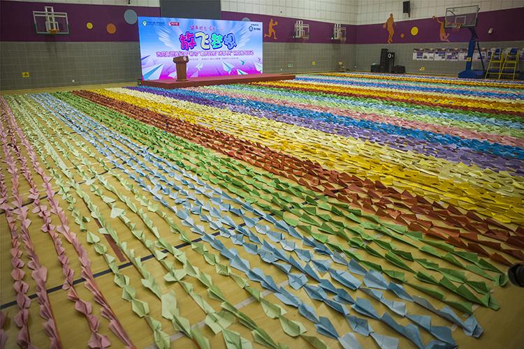 北京、河北等共22个省区市儿童折出的6万多个纸飞机中选取14285个组成最长纸飞机队列.jpg