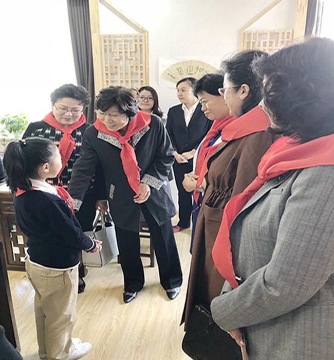 陈秀榕与孩子们在一起.jpg