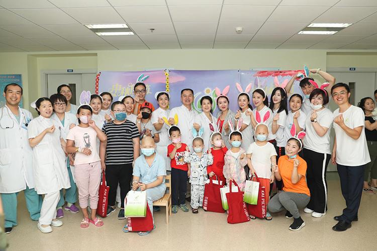 """翁虹与""""夏天基金""""志愿者一同为孩子们和医护人员送去祝福.jpg"""