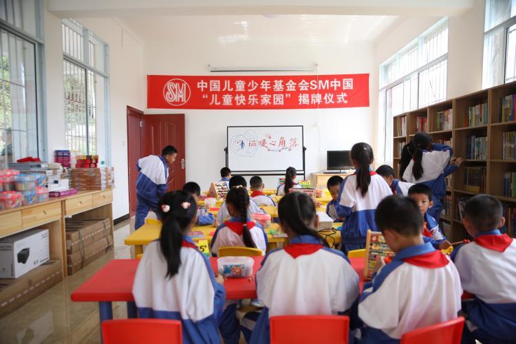 [s]学生们在儿童快乐家园内内读书