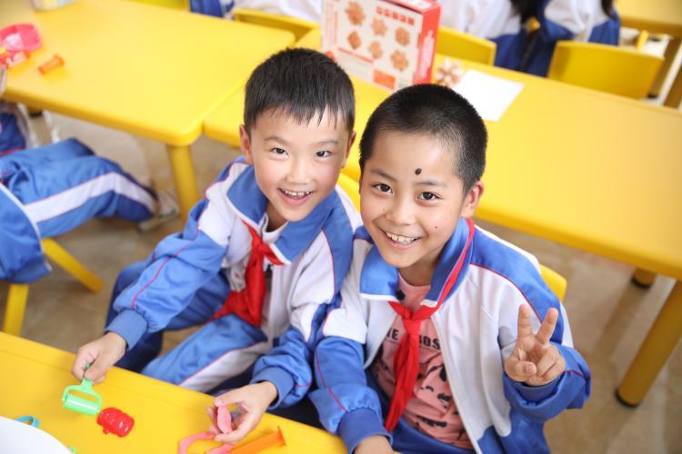 [s]学生们在儿童快乐家园内捏橡皮泥