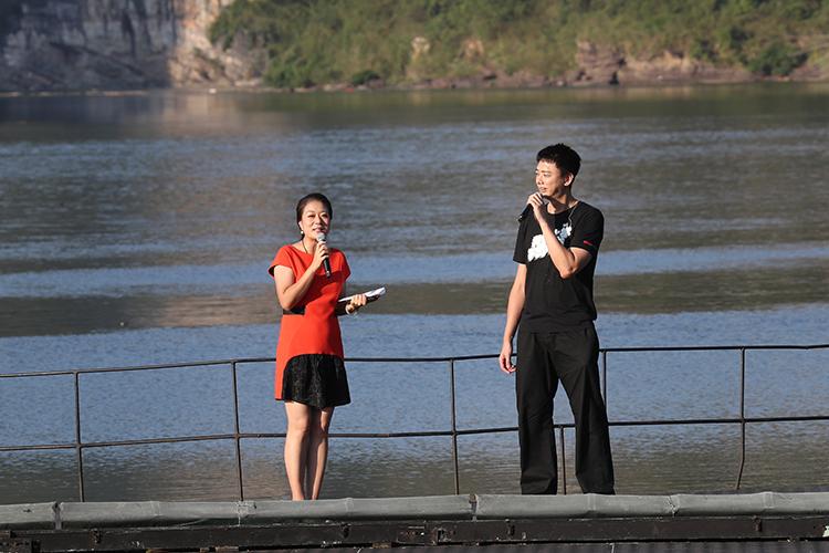 中央广播电视总台央广音乐之声主持人章莹莹(左)与歌手信(右)现场互动 央广网记者 韩靖摄.jpg