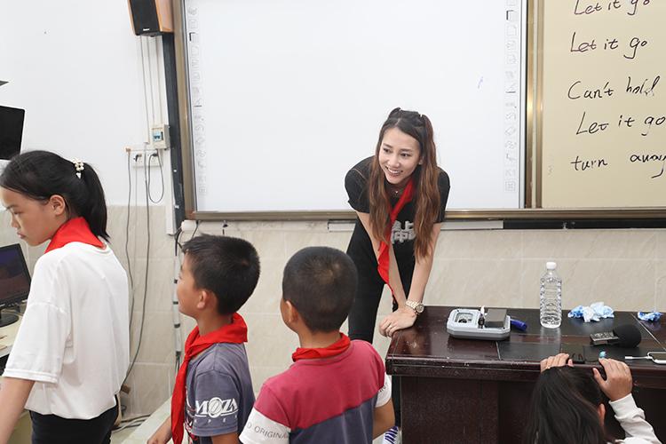 爱心大使弦子与红莲小学的孩子们进行游戏互动 央广网记者 韩靖摄.JPG