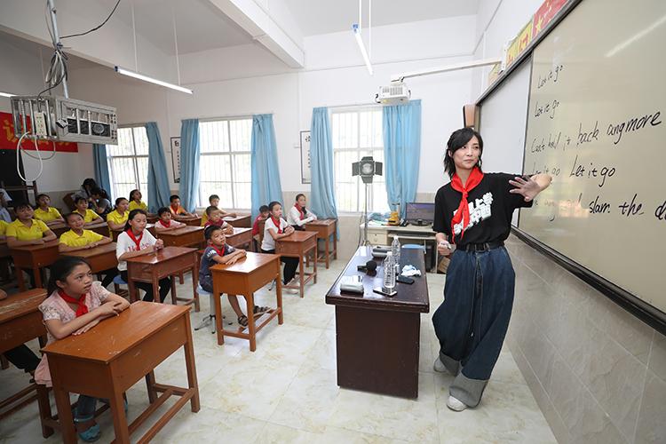爱心大使苏诗丁给红莲小学的孩子们上课 央广网记者 韩靖摄.JPG