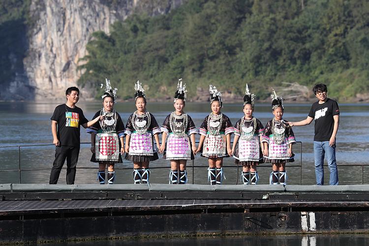 《印象•刘三姐》的小演员教水木年华演唱侗族大歌 央广网记者 韩靖摄.jpg