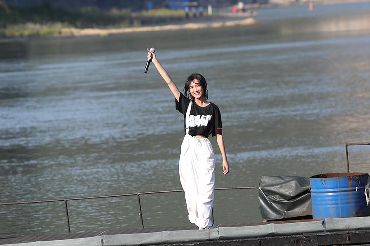 首次来到阳朔的苏诗丁激情献唱   央广网记者 韩靖摄.jpg