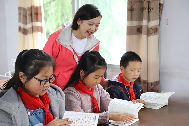 正在看书的学生们 1.JPG